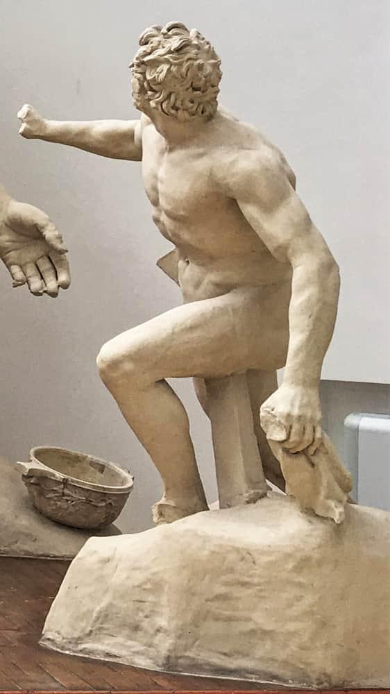 Particolare uomo porta vino gruppo scultoreo Polifemo Museo Archeologico Sperlonga