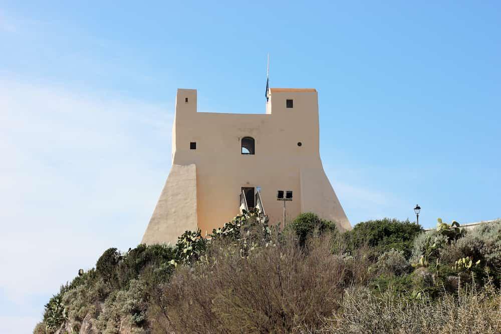 Torre truglia veduta frontale dal mare